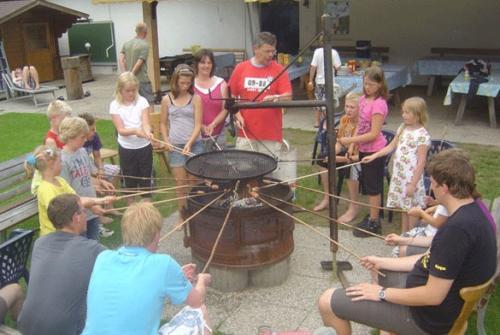 Vor allem die Kinder lieben es, sich am Feuer zum Stockbrotbacken zu versammeln