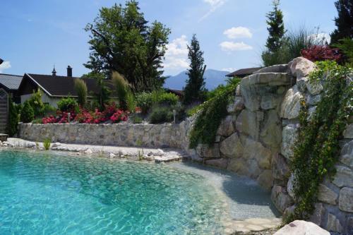 Blick auf den schönen Schwimmteich